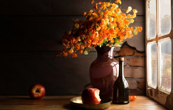 Картинка стекло, свет, цветы, темный фон, стол, стена, яблоки, доски, бутылка, букет, желтые, окно, тарелка, ваза, …