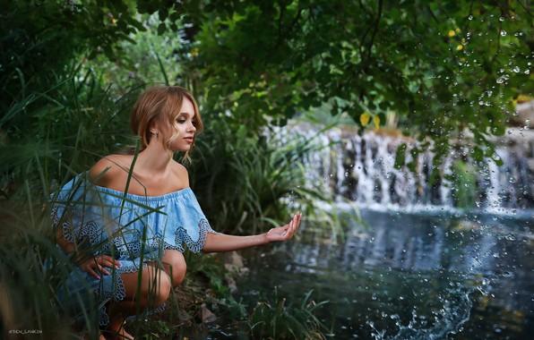 Картинка вода, девушка, брызги, поза, река, рука, декольте, плечи, Денис Ланкин, Полина Михайловская