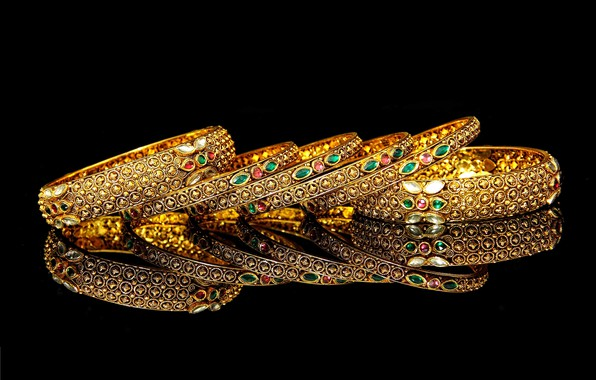 Картинка отражение, черный фон, браслеты, картинка, драгоценные камни, золотые украшения, блеск золота