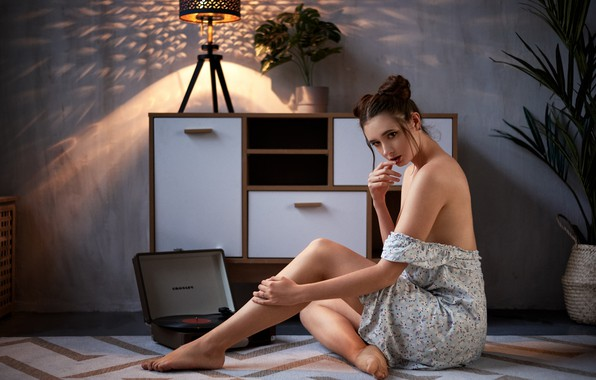 Картинка девушка, задумчивость, поза, настроение, на полу, патефон, Disha Shemetova, Макс Пыжик, Диша Шеметова