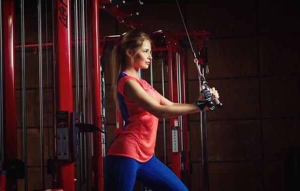 Картинка девушка, поза, спорт, фитнес, тренажёры, спорзал, Николас Верано, Nikolas Verano