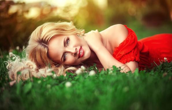 Картинка лето, трава, взгляд, девушка, природа, макияж, платье, блондинка, плечи, Анна Моргунова