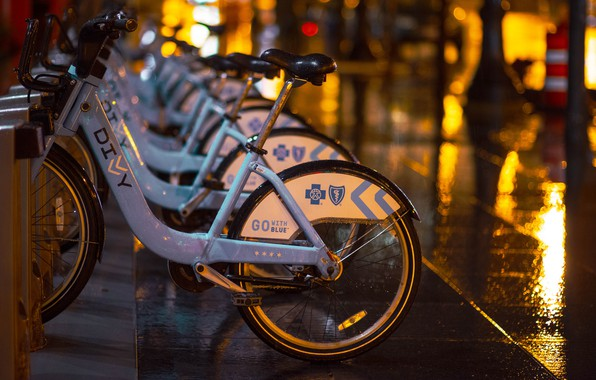 Картинка капли, ночь, велосипед, город, огни, блики, дождь, улица, плитка, вечер, стоянка, парковка, тротуар, много, велосипеды, …