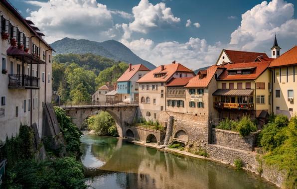 Картинка облака, пейзаж, горы, мост, река, дома, Словения, Селца-Сора