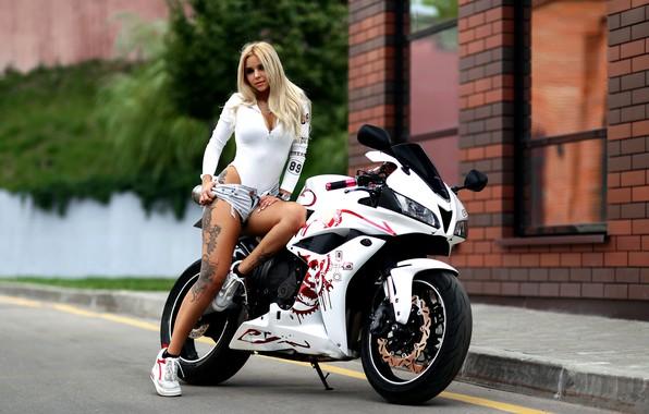 Картинка девушка, поза, шорты, тату, мотоцикл, Александр Исаев