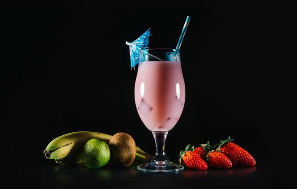 Картинка зонтик, бокал, киви, клубника, ягода, бананы, коктейль, лайм, трубочка, фрукты, черный фон