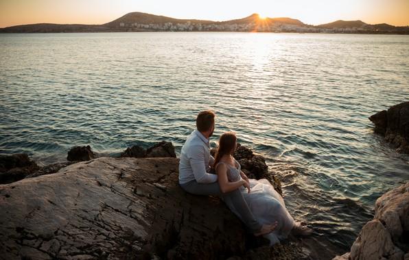 Картинка пейзаж, закат, романтика, влюбленные, взгляд в даль, берег моря, пара влюбленных, закат на берегу моря, …
