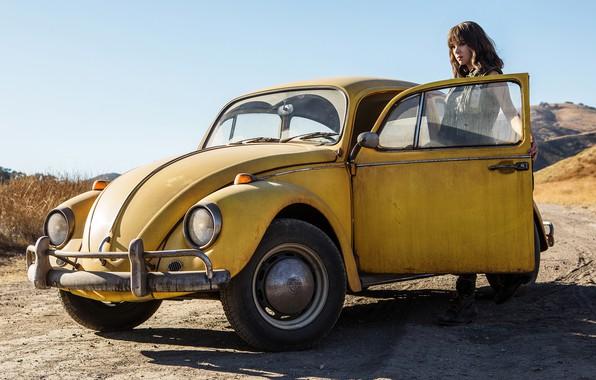 Картинка дорога, небо, девушка, солнце, жёлтый, фантастика, кадр, автомобиль, Бамблби, Bumblebee, Хейли Стайнфелд, Hailee Steinfeld