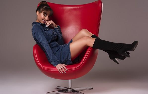Картинка улыбка, милая, кресло, платье, шатенка, сапожки, красивые ножки, Ana Victoria