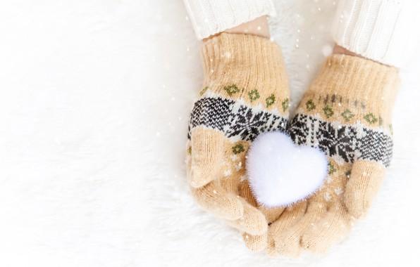 Картинка зима, снег, снежинки, сердце, love, heart, pink, winter, варежки, snow, hands, snowflakes