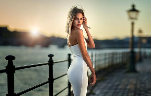 Картинка взгляд, солнце, поза, река, модель, портрет, макияж, фигура, платье, прическа, блондинка, стоит, набережная, в белом, …