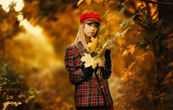 Картинка осень, взгляд, листья, деревья, ветки, природа, поза, парк, модель, портрет, макияж, куртка, прическа, блондинка, кепка, …