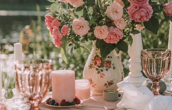 Картинка holidays, flowers, mood, bokeh, glasses, bouquet, roses, candles, table, decoration, moods, blur effect, miscellaneous