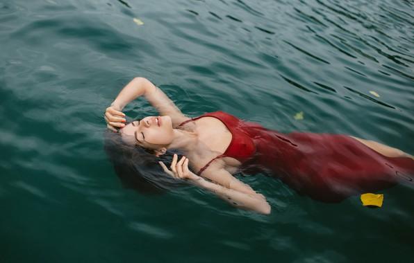 Картинка вода, девушка, поза, настроение, ситуация, руки, платье, закрытые глаза, жёлтый лист, Ульяна Мизинова