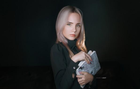 Картинка взгляд, поза, фон, портрет, руки, макияж, платье, прическа, блондинка, книга, симпатичная, маникюр, Alexander Drobkov, Anastasia ...