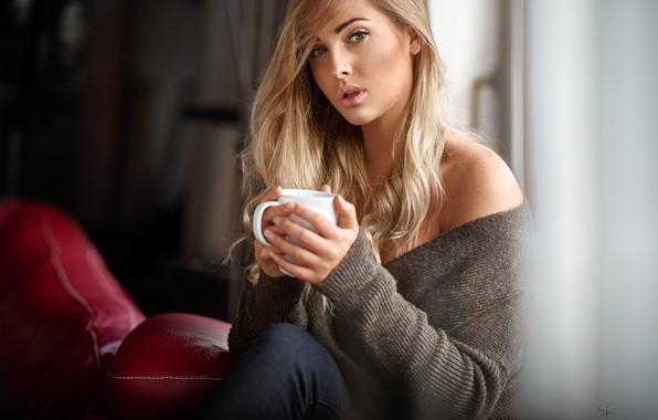 Картинка взгляд, поза, комната, модель, портрет, джинсы, макияж, прическа, блондинка, чашка, красотка, кофта, сидит, боке, у …