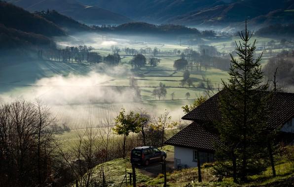 Картинка машина, солнце, деревья, горы, туман, дом, Франция, поля, утро, Basque