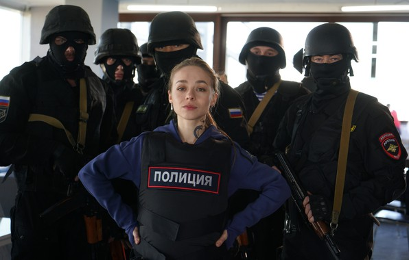 Картинка оружие, полиция, тату, команда, форма, сериал, маски, спецназ, бронежилеты, Рина Гришина, Алиса Рыбкина, Полицейский с …