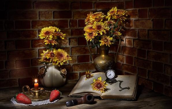Картинка цветы, ягоды, темный фон, свеча, букет, желтые, клубника, книга, кирпичи, натюрморт, предметы, хризантемы, композиция