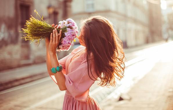 Картинка девушка, цветы, поза, улица, волосы, блузка