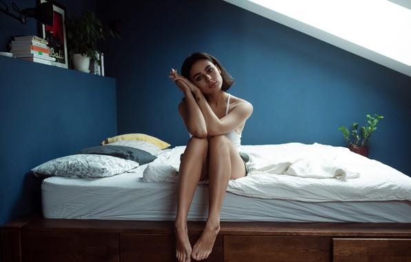Картинка взгляд, поза, модель, шорты, портрет, подушки, макияж, майка, брюнетка, прическа, постель, ножки, сидит, на кровати, …