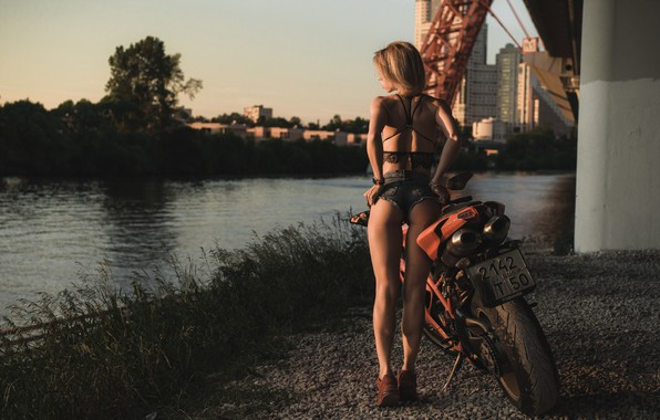 Картинка попа, попка, девушка, поза, река, фигура, мотоцикл, шортики, Ducati, гравий, Илья Пистолетов, Мария Резникова