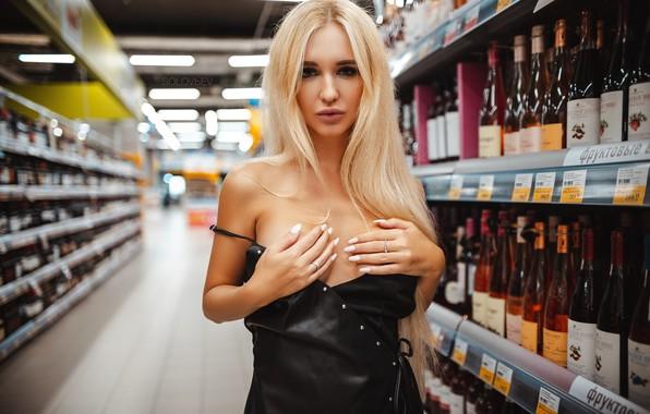 Картинка взгляд, девушка, поза, руки, блондинка, бутылки, магазин, Артём Соловьёв, Аришка Миронова, ARTEM SOLOVЬEV