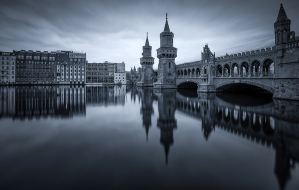 Картинка мост, город, отражение, река, здания, Германия, башни, арки, монохром, Берлин