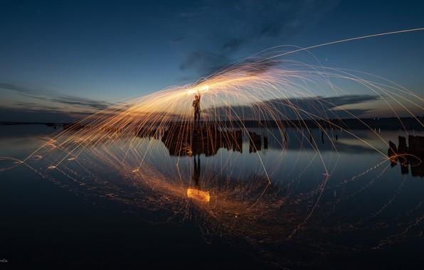 Картинка вода, отражения, огонь, Человек, искры, fireshow, файршоу