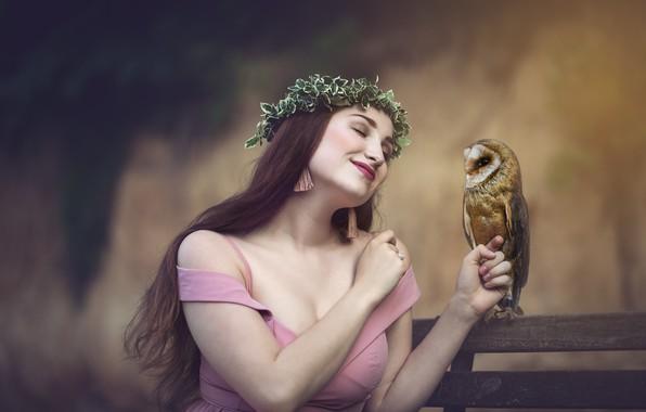 Картинка девушка, скамейка, поза, улыбка, настроение, сова, птица, платье, декольте, шатенка, венок, сипуха, закрытые глаза, общение, …