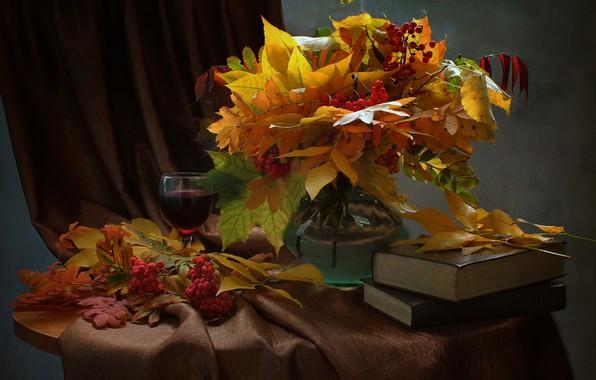 Картинка листья, ветки, ягоды, бокал, книги, ваза, клён, напиток, натюрморт, столик, рябина, гроздья, портьера, Ковалёва Светлана, …