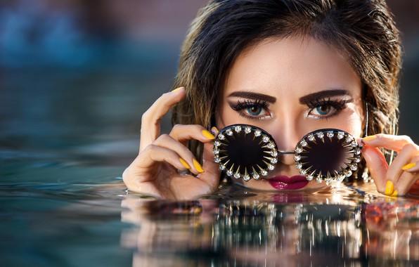 Картинка глаза, взгляд, вода, девушка, лицо, стиль, руки, макияж, очки, маникюр, Yuni Cabral