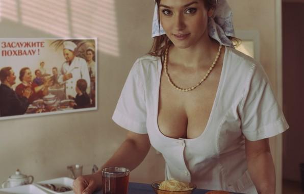 Картинка взгляд, девушка, еда, плакат, кухня, бусы, шатенка, косынка, халат, поднос, David Dubnitskiy