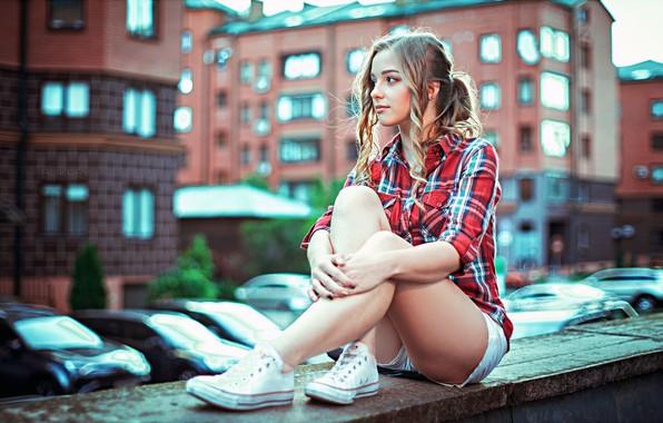 Картинка city, girl, house, shorts, long hair, legs, photo, photographer, model, bokeh, lips, face, blonde, building, …