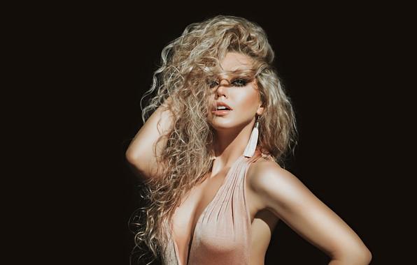 Картинка грудь, девушка, лицо, волосы, портрет, макияж, декольте, кудри, тёмный фон, Антон Харисов, Лерочка Половинчик