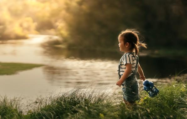 Картинка лето, трава, природа, река, берег, девочка, фонарь, малышка, ребёнок, Despird Zhang