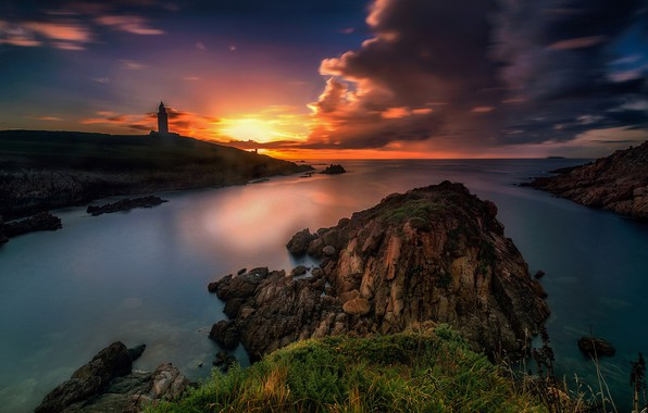 Картинка море, облака, закат, камни, скалы, берег, маяк, яркие цвета
