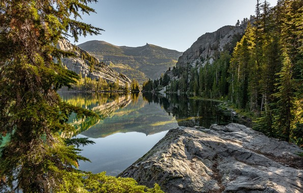Картинка лес, горы, озеро, отражение, камень, Калифорния, California, Сьерра-Невада, Sierra Nevada, Красное озеро, Red Lake