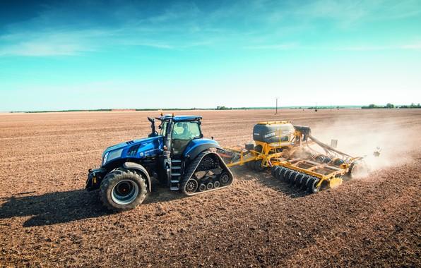 Картинка поле, небо, синий, пыль, трактор, кабина, гусеницы, работает, колёса, посев, сельскохозяйственная техника, сеялка, New Holland, …