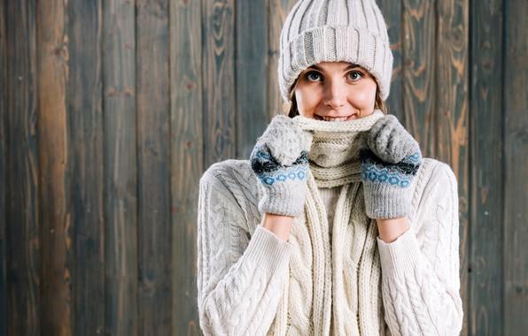 Картинка зима, взгляд, лицо, поза, улыбка, фон, модель, шапка, портрет, макияж, шарф, шатенка, стоит, в белом, ...