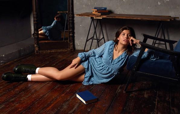 Картинка секси, поза, отражение, комната, модель, портрет, кресло, макияж, ботинки, фигура, платье, зеркало, прическа, лежит, книга, …