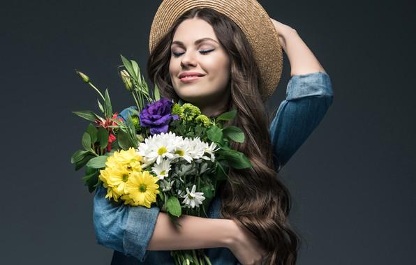 Картинка радость, цветы, поза, улыбка, фон, настроение, портрет, букет, шляпа, макияж, прическа, рубашка, шатенка, красотка, локоны, …
