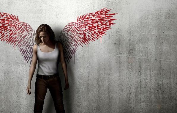 Картинка девушка, фон, стена, рисунок, крылья, джинсы, майка, красные, патроны, триллер, боевик, постер, Дженнифер Гарнер, Jennifer …