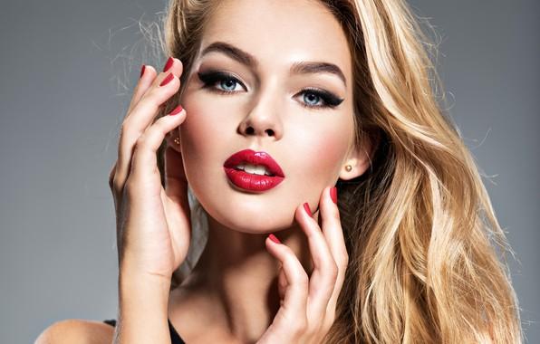Картинка девушка, модель, портрет, руки, макияж, блондинка, жест, маникюр