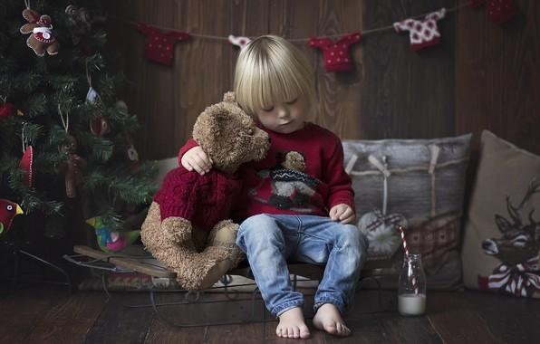 Картинка комната, настроение, праздник, игрушка, игрушки, новый год, рождество, подушки, малыш, мишка, ёлка, гирлянда, санки, ребёнок, …