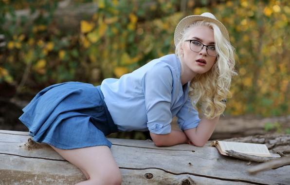 Картинка взгляд, секси, поза, юбка, портрет, шляпа, макияж, фигура, очки, прическа, блондинка, блузка, книга, красотка, сидит, …