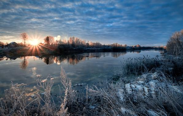 Картинка иней, осень, трава, солнце, лучи, пейзаж, природа, река, дома, утро, деревня, кусты, берега, Дубна, Андрей …
