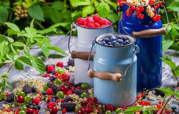 Картинка лето, листья, ягоды, малина, стол, доски, еда, сад, урожай, черника, посуда, россыпь, много, разные, смородина, …