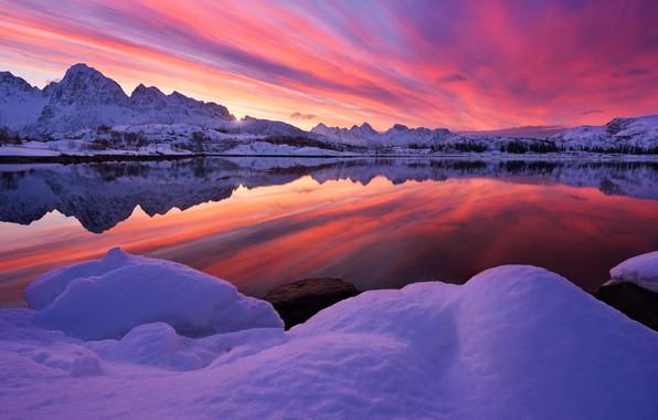 Картинка зима, небо, снег, деревья, горы, озеро, отражение, зарево