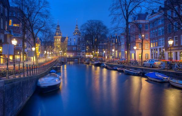 Картинка машины, город, улица, здания, дома, лодки, вечер, освещение, Амстердам, канал, Нидерланды, велосипеды, Голландия